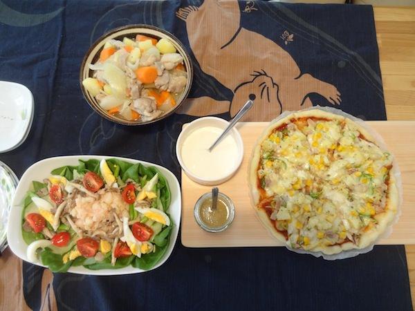 ピザ、サラダ、煮物